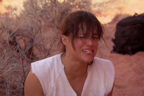 Michelle Rodriguez dévore une souris trempée dans son urine... Dégoûtant !