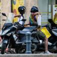 Nabilla Benattia et son compagnon Thomas Vergara montent sur leur scooter devant chez Bricorama après un achat de planches pour finaliser l'installation de leur cuisine de leur nouvel appartement à Aix en Provence.