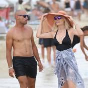 Amanda Lear : Pimpante à la plage, et bien accompagnée