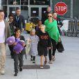 Brad Pitt et Angelina Jolie arrivant à l'aéroport de Los Angeles en provenance d'Australie avec leurs enfants, le 5 février 2014