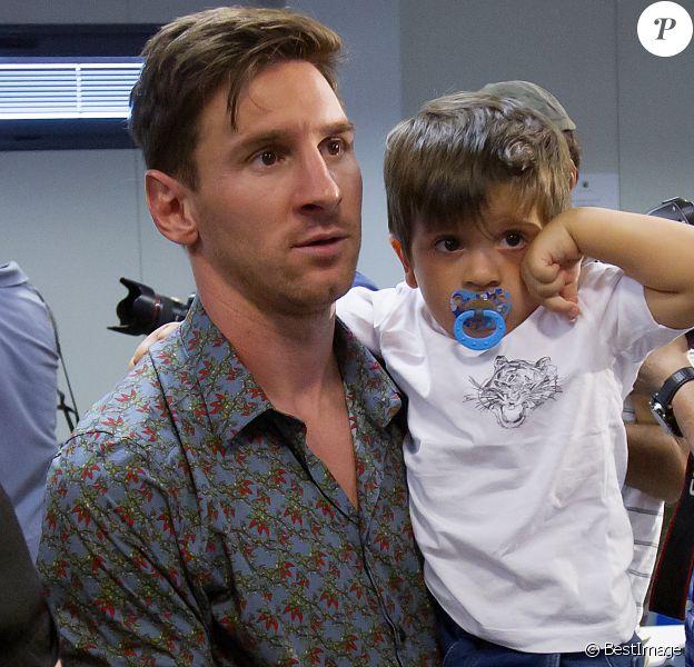 Lionel Messi et son fils Thiago - Pedro Rodriguez fait ses adieux au FC Barcelone lors d'une conférence de presse organisée au centre d'entraînement la Ciutat Esportiva Joan Gamper à Sant Joan Despi près de Barcelone, le 24 août 2015.