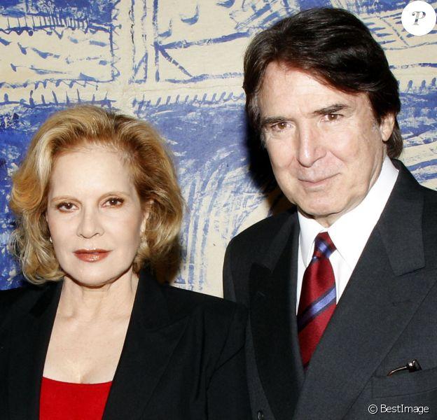 Sylvie Vartan décorée au ministère de la Culture au côté de son époux Tony Scotti, à Paris le 14 décembre 2011.
