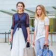 La reine Rania de Jordanie et sa fille la princesse Iman ont profité de leur venue en France, le 26 août 2015, pour l'ouverture de l'Université d'été du MEDEF à Jouy-en-Josas (Yvelines) pour découvrir le troisième accrochage de la Fondation Louis Vuitton. Photo du compte Instagram de la reine Rania.