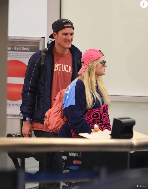 Meghan Trainor et son frère Ryan à l'aéroport de Los ...