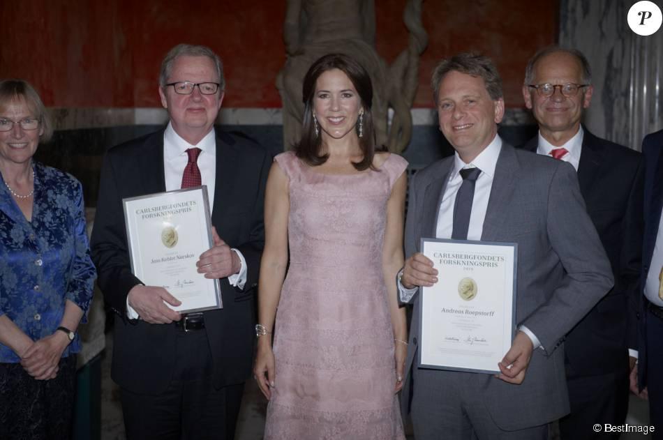 La princesse Mary de Danemark, habillée d'une robe Valentino, remettait le 2 septembre 2015 les prix de la Fondation Carlsberg lors d'une cérémonie au Glyptoket, à Copenhague.