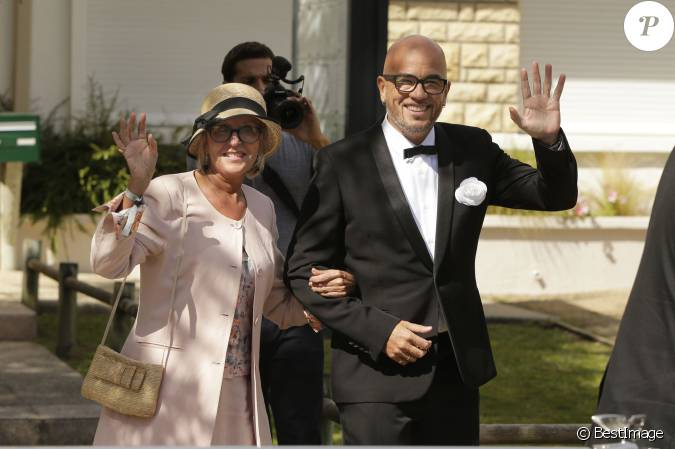 pascal obispo mariage civil et religieux de pascal obispo et julie hantson la mairie et en l. Black Bedroom Furniture Sets. Home Design Ideas