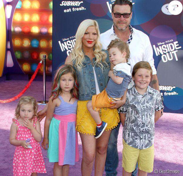 """Tori Spelling avec son mari Dean McDermott et leurs enfants Finn, Stella, Hattie et Liam - Avant-première du film """"Inside Out"""" à Hollywood, le 8 juin 2015."""