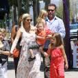 Tori Spelling se promène en famille avec son mari Dean McDermott et leurs enfants Liam, Stella, Hattie, et Finn le jour de la fête des mères à Los Angeles, le 10 mai 2015