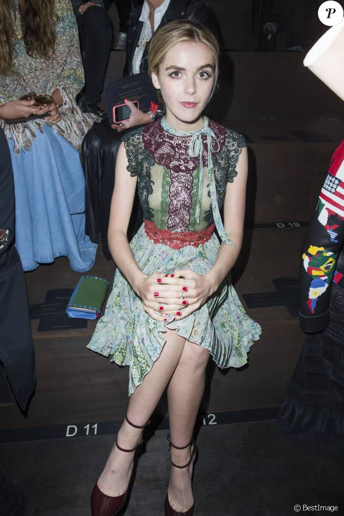 Kiernan shipka assiste au d fil valentino collection for Pret a porter uk