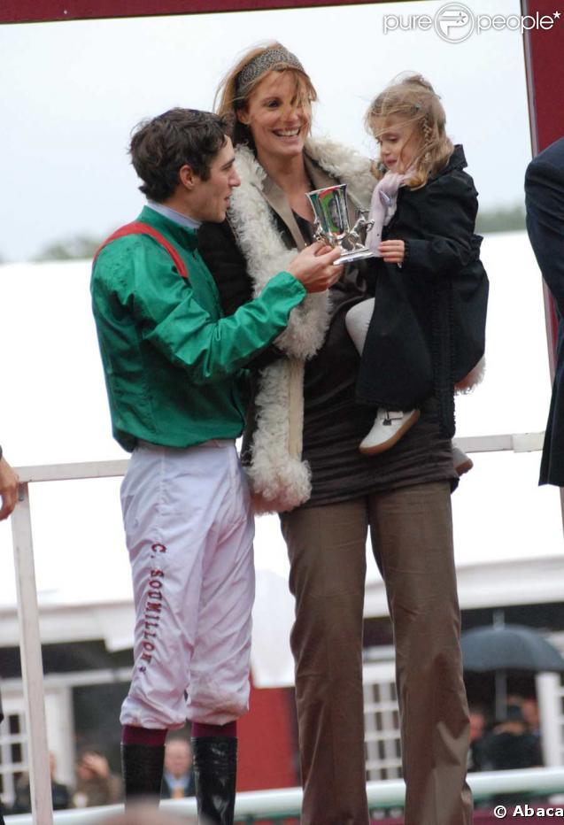 Sophie Thalmann, enceinte, et Charlie, 3 ans, félicitent Christophe Soumillon