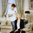 """Valérie Trierweiler dévoile un nouveau look et sa couleur blonde platine dans le magazine japonais """"Richesse"""". Elle assume avoir été """"photoshopée"""" sur Twitter - septembre 2015"""