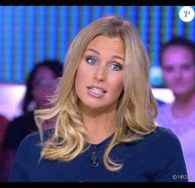 L'ex-star de Secret Story, Aurélie Van Daelen, enceinte de 5 mois, sur le plateau du Mag de la télé-réalité sur NRJ12. Le 9 septembre 2015.