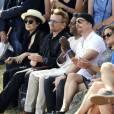 Yoko Ono, le chanteur Bono, Salil Shetty, The Edge et Melissa Mark-Viverito - Une tapisserie rendant hommage à John Lennon dévoilée Elis Island, en face de Manhattan à New York, le 29 juillet 2015. Il y a 40 ans, John Lennon recevait sa Green Card, pour célébrer cet évènement une tapisserie a été commandée par le fondateur de Art for Amnesty pour remercier Yoko Ono d'avoir cédé à Amnesty International les droits sur les reprises des chansons que Lennon a composées dans la période post-Beatles.