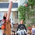 Alyson Hannigan avec son mari Alexis Denisof, déguisés pour Halloween, avec leurs filles Satyana and Keeva à Brentwood, le 31 octobre 2015