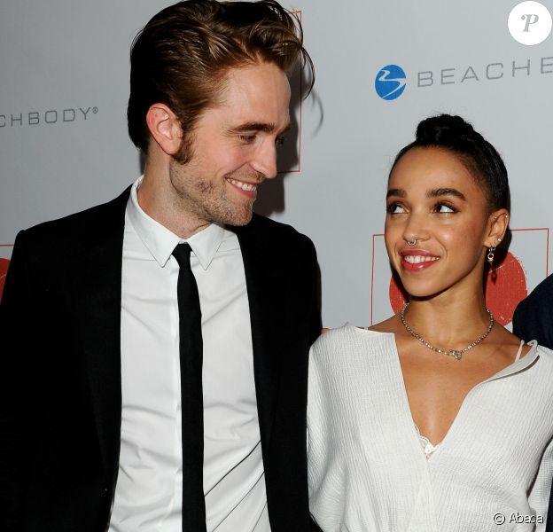 Robert Pattinson et FKA twigs radieux et très amoureux lors de la 8e soirée Go Campaign Gala à Los Angeles, le 12 novembre 2015.