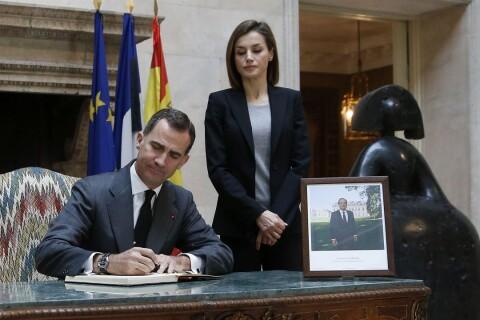 Letizia, toute en noir, et Felipe VI s'unissent à la peine des Français