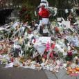 Hommage devant le Bataclan, des fleurs et bougies pour les 89 personnes qui ont perdu la vie entre ces quatre murs. Le vendredi 13 novembre, le groupe Eagles of Death metal jouait devant 1500 fans. ©Denis Guignebourg/Bestimage