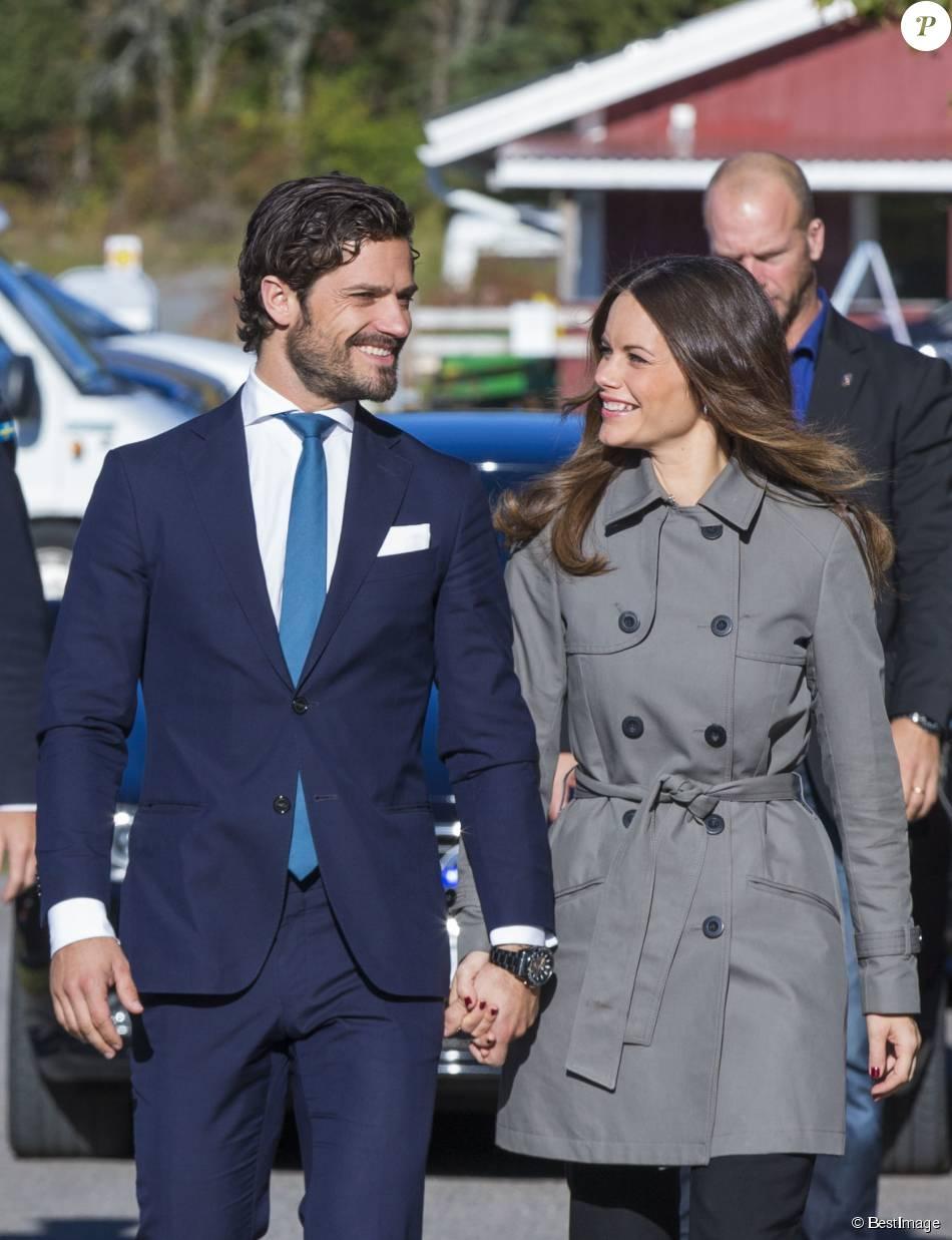 """Le prince Carl Philip et la princesse Sofia de Suède lors de l'inauguration du programme """"Sports Without Borders"""" à Lommarskolan le 12 octobre 2015"""