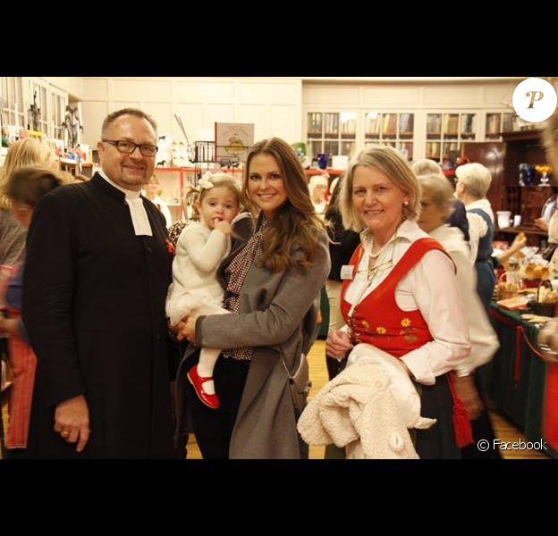 La princesse Madeleine de Suède et sa fille la princesse Leonore, 1 an, au marché de Noël de l'Eglise suédoise à Londres, en novembre 2015.