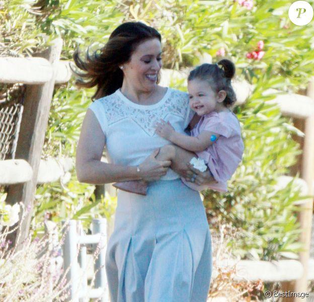 Exclusif - Alyssa Milano se promène avec sa fille Elizabella sur le tournage d'un spot publicitaire pour Atkins à Los Angeles. Le 19 novembre 2015 © CPA
