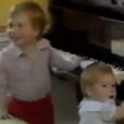 Le princes William et Harry au piano en 1985