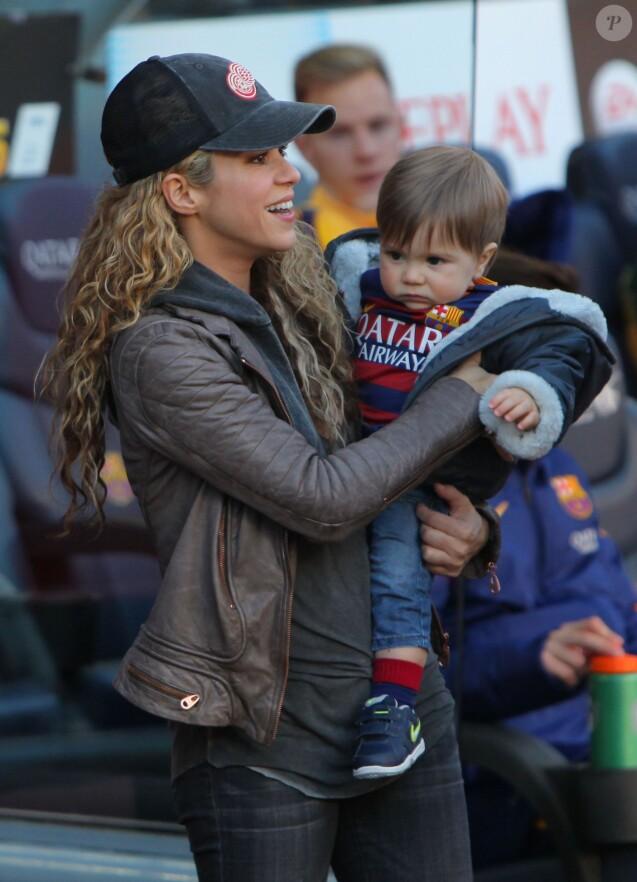 La chanteuse Shakira avec son fils Milan- Ambiance dans les tribunes du Camp Nou avec Les familles des joueurs du club de football de Barcelone le 28 novembre 2015.