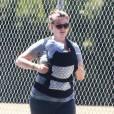 Emily Deschanel se promène avec son bébé de 16 jours dans les rues de Santa Monica avec des amis. Le 25 juin 2015.