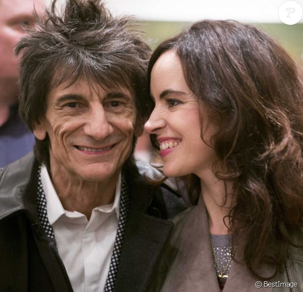 Ronnie Wood et sa femme Sally Humphreys au Royal College of Art pour remettre un prix à la NOA (National Open Art) à Londres le 21 octobre 2015