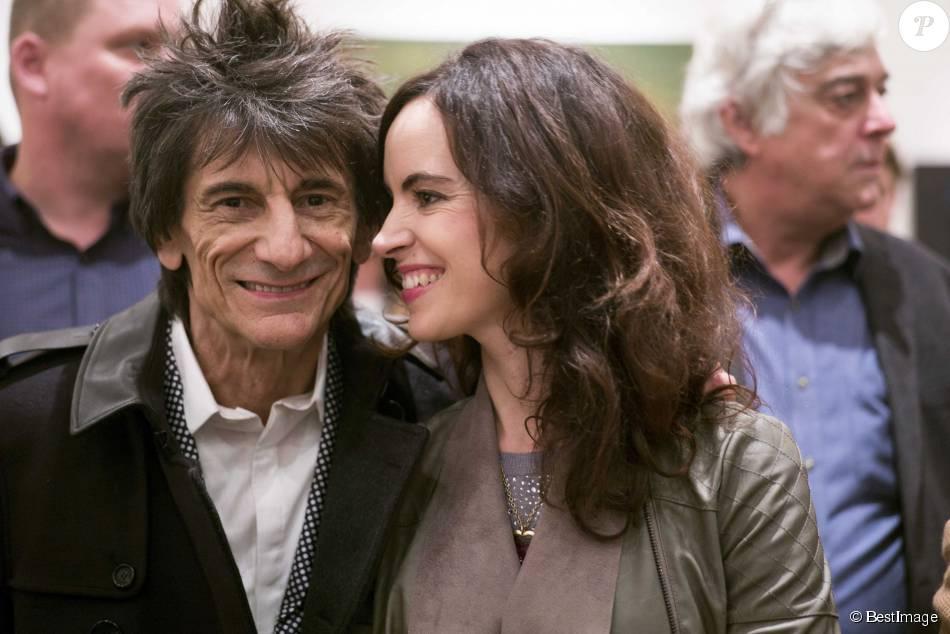 Ronnie Wood et sa femme Sally Humphreys au Royal College of Art pour remettre un prix à la NOA (National Open Art) à Londres le 21 octobre 2015