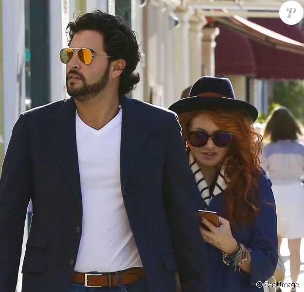 Exclusif - Paulina Rubio avec soncompagnon Gerardo Bazúa dans les rues de Beverly Hills, le 20 octobre 2015