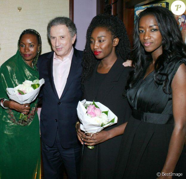 Elisabeth Reynaud, Hindou Oumarou Ibrahim, Michel Drucker, Inna Modja, Hapsatou Sy - Remise du prix destin de femme dans les salons de l'hôtel Pont Royal à Paris le 12 décembre 2015.