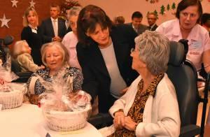 Stéphanie de Monaco : Les bras chargés de cadeaux à l'hôpital Princesse Grace