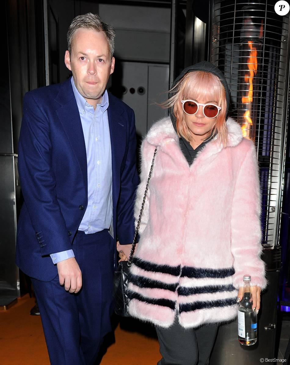 """Lily Allen et son mari Sam Cooper sortent de la soirée des deux ans de """"SushiSamba"""" où la chanteuse a donné un mini-concert à Londres, le 11 novembre 2014."""
