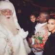 Kim Kardashian et son mari Kanye West ainsi que leur fille North West rencontrent le Père Noël à la soirée de Noël organisée par Kris Jenner/ photo postée sur le compte Instagram de Kim Kardashian, le 28 décembre 2015.