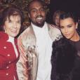 Kim Kardashian, son mari Kanye West et sa grand-mère Marie Jo à la soirée de Noël organisée par Kris Jenner / photo postée sur le compte Instagram de Kim Kardashian, le 28 décembre 2015.