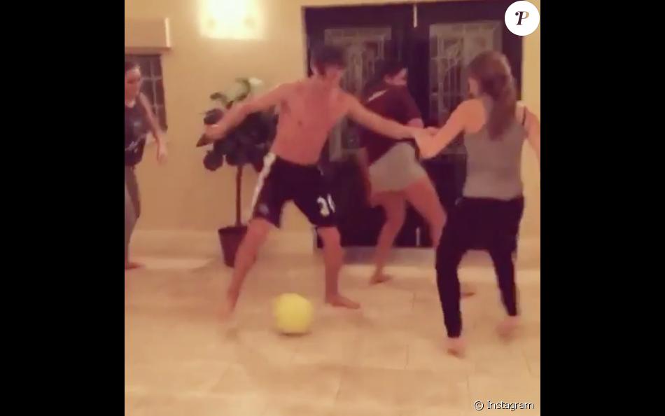 Florian Thauvin joue au foot avec des amis et sa chérie Charlotte Pirroni à Newcastle le 29 décembre 2015.