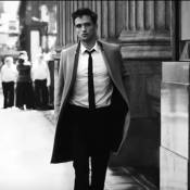 Robert Pattinson répand son charme intense dans New York pour Dior