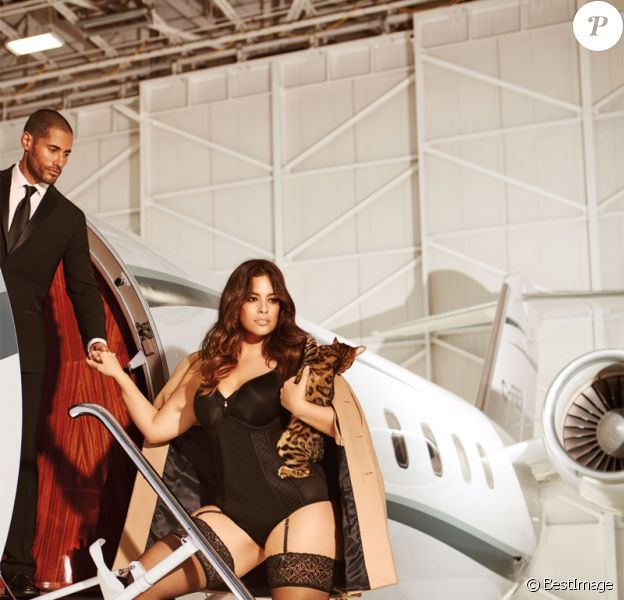 Ashley Graham pose pour la lingerie La Scala dans un jet privé  Ashley Graham is taking her lingerie up in the air for her latest ADDITION ELLE collectionn. The plus-size model's new La Scala line features hot pink and black styles for that perfect Valentine's Day gift. In the campaign, she flaunts her curves as she poses on a private jet surrounded by suited men.02/01/2016 -