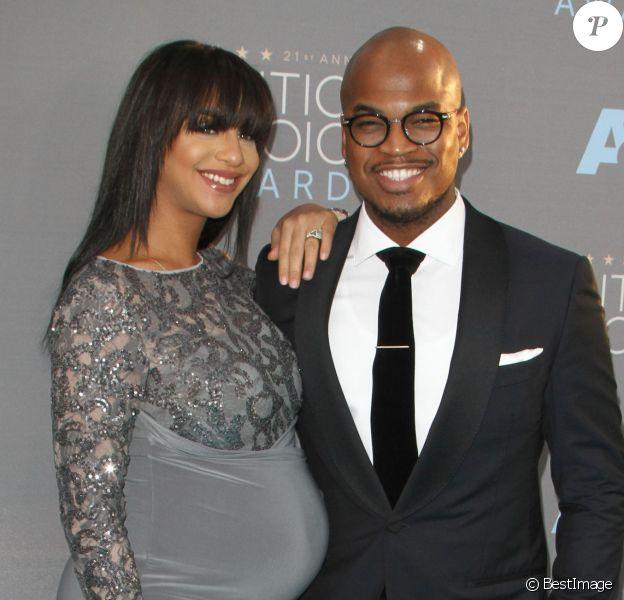 """Le chanteur Ne-Yo et sa compagne Crystal Renay, enceinte aux Critics' choice Awards"""" à Los Angeles, le 17 janvier 2016."""