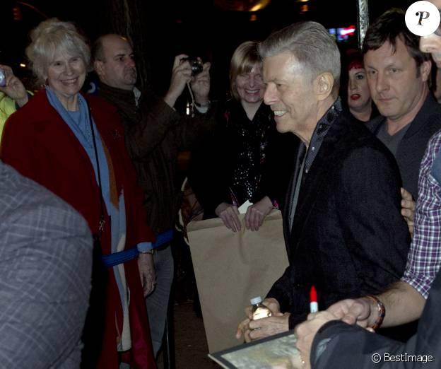 """David Bowie et sa femme Iman arrivent au théâtre Workshop pour assister à la première de la comédie musicale """"Lazarus"""" à New York, le 7 décembre 2015. C'est la dernière apparition publique du chanteur avant sa mort le 10 janvier 2016."""