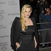 Lara Stone : Le top assume son corps imparfait sur la plage !