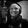 Anne Sila, en studio d'enregistrement pour son premier album.