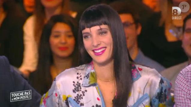 """La chroniqueuse Erika Moulet moquée pour sa nouvelle coupe de cheveux. Emission """"Touche pas à mon poste"""" sur D8, le 20 janvier 2015."""