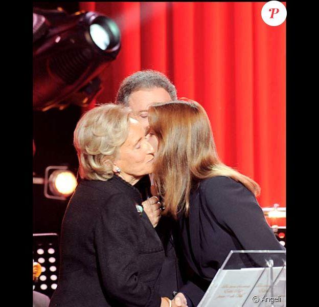 Carla Bruni et Bernadette Chirac sur la scène du théâtre Marigny pour Plus de Vie