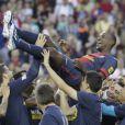Eric Abidal fêté par ses partenaires du FC Barcelone pour son dernier match au Camp Nou le 1er juin 2013.