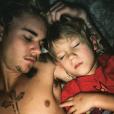 Jaxon, le petit frère de Justin Bieber est venu lui rendre visite. Le chanteur a publié une photo de son séjour sur sa page Instagram, le 13 février 2016.