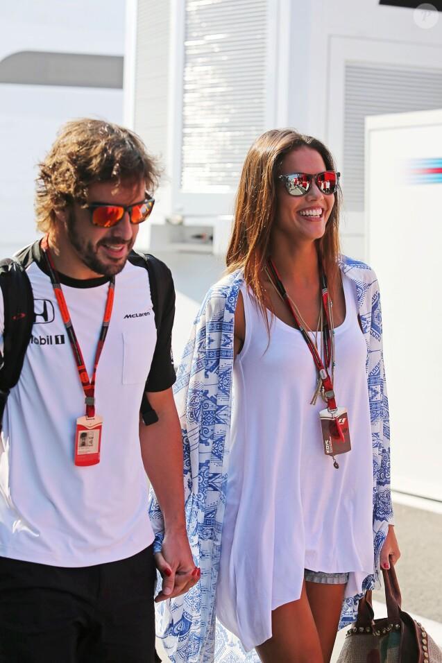 Fernando Alonso et sa belle Lara Alvarez, dans le paddock lors du Grand Prix de Hongrie sur le circuit du Hungaroring, le 25 juillet 2015