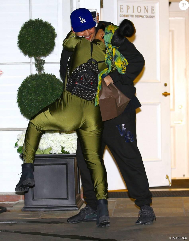 Rob Kardashian et sa compagne Blac Chyna s'embrassent à la sortie du centre de dermatologie Epione à Beverly Hills, le 18 février 2016.