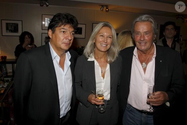 Dominique Warluzel, la productrice Béatrice Barton et Alain Delon, lors de la soirée organisée au cinéma Le Panthéon pour l'avant-première de la série documentaire DANS MON CINEMA diffusée sur Ora le 10 septembre 2009.