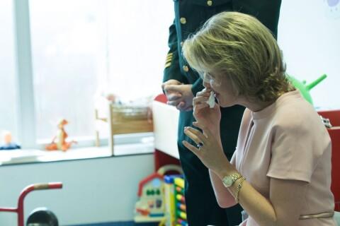 Mathilde de Belgique : Très émue devant des enfants au centre des grands brûlés